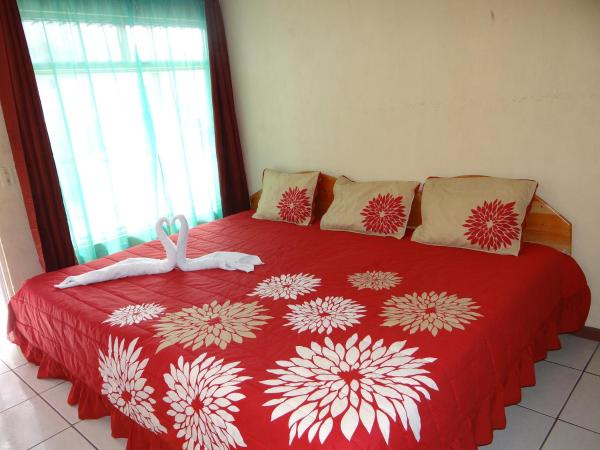 Hotel Pictures: Sloth Backpackers Bed & Breakfast, Monteverde