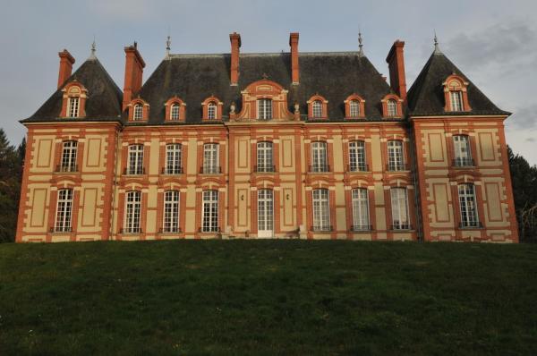 Hotel Pictures: Bed & Breakfast - Château du Corvier, Vouzon