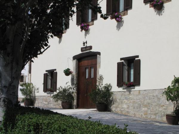 Hotel Pictures: Hostal Rural Huartearena, Iza