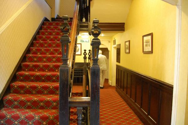 Hotel Pictures: The Hind Hotel, Wellingborough