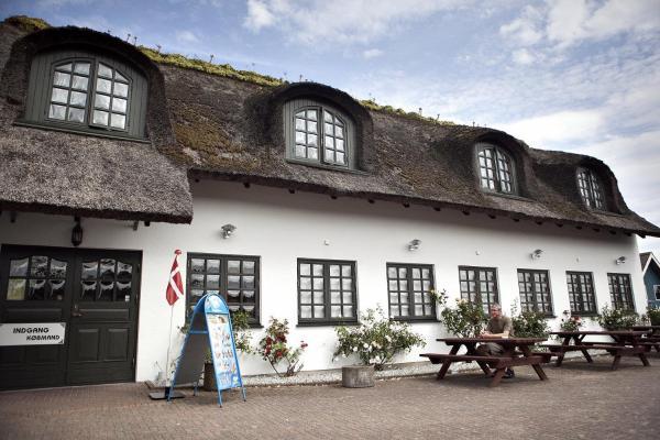 Hotel Pictures: Svalereden Camping Rooms, Sæby