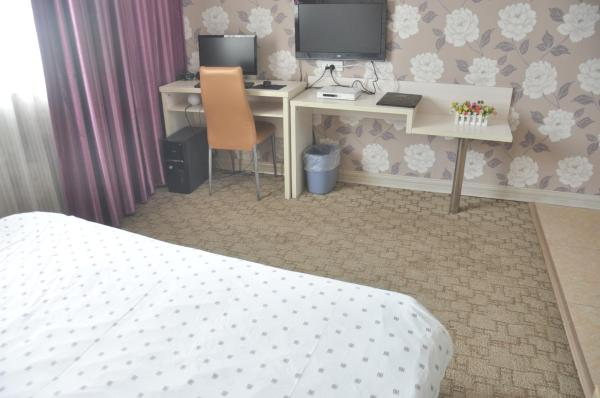 Queen Room with Computer