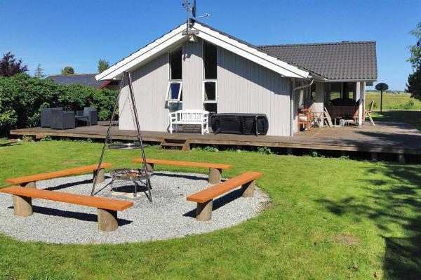 Hotel Pictures: Holiday home Rørsangervænget H- 3812, Bogø By
