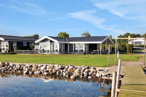 Hotel Pictures: Holiday home Strandlysthuse H- 4572, Munkebo