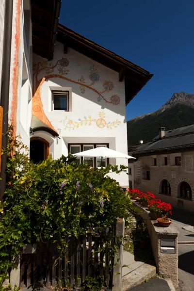 Hotel Pictures: Hotel Chasa Sofia, Scuol