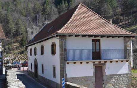 Hotel Pictures: Alojamientos Rurales Apezarena, Izalzu