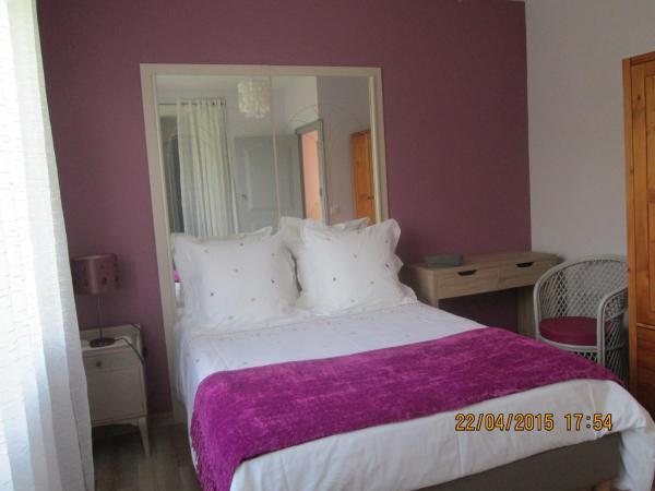 Hotel Pictures: Chambre d'Hôtes du Bois Joli, Mesnard-la-Barotière