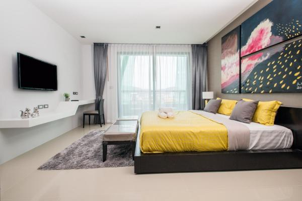 Deluxe One-Bedroom Apartment with City and Sea View