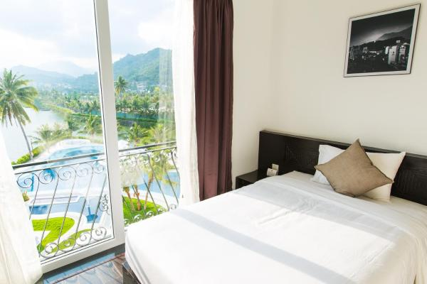 Premier Twin Room with Pool and River View