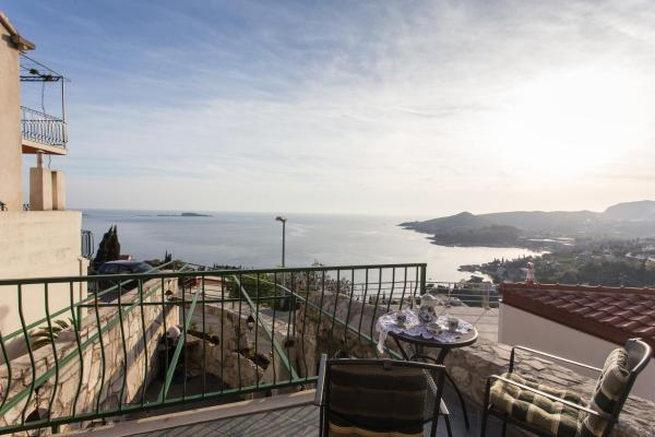 Triplex Two-Bedroom Apartment with Balcony and Sea View