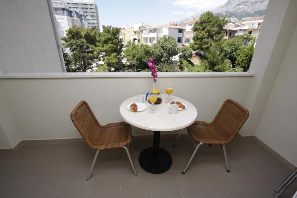 One-Bedroom Apartment with Balcony and Mountain View