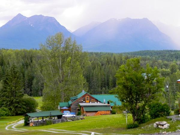 Hotel Pictures: Blaeberry Mountain Lodge, Golden