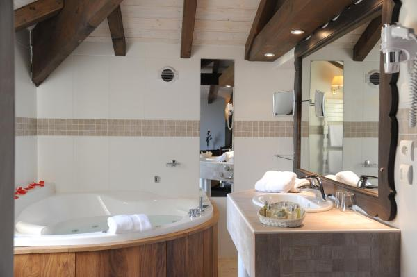 Deluxe Suite with Spa Bath 05