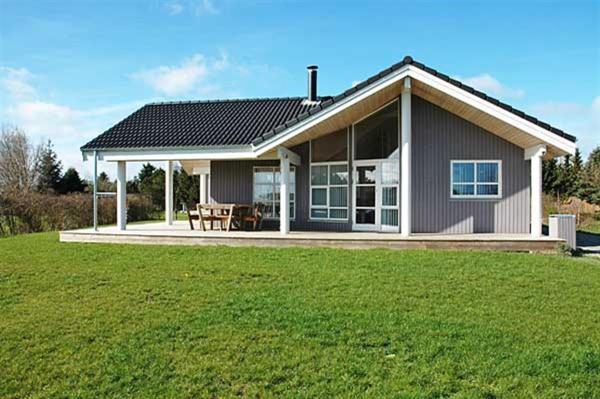 Hotel Pictures: Three-Bedroom Holiday Home Rørsangervænget 01, Bogø By