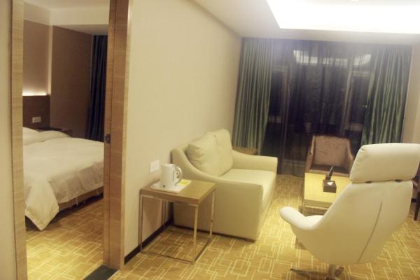 Deluxe Queen Suite with window