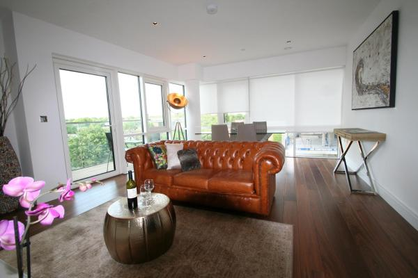 Hotel Pictures: Super Deluxe Apartment Ealing, London