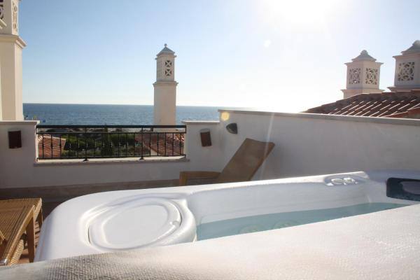 Deluxe Three-Bedroom Apartment with Hot Tub and Sea View