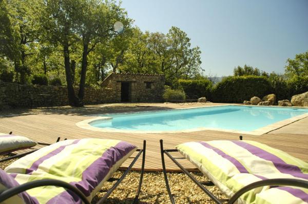 Hotel Pictures: Entre Luberon et Mont Ventoux, avec piscine chauffée, Caseneuve