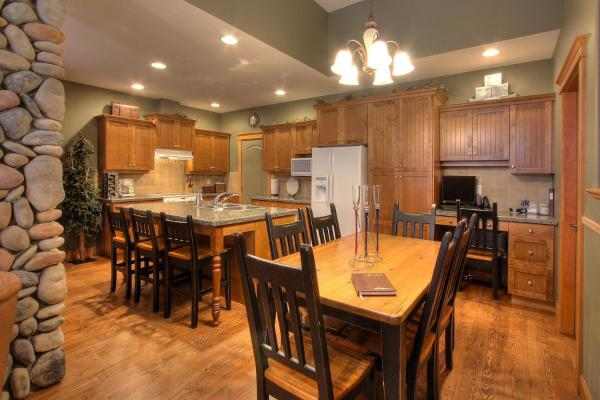 Hotel Pictures: Treetops Ski Luxury Townhouse, Big White