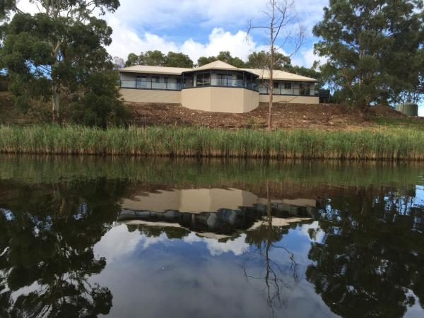 Hotel Pictures: Curdievale Riverfront Lodge, Curdie Vale