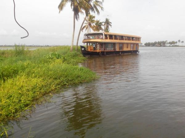 One-Bedroom House Boat