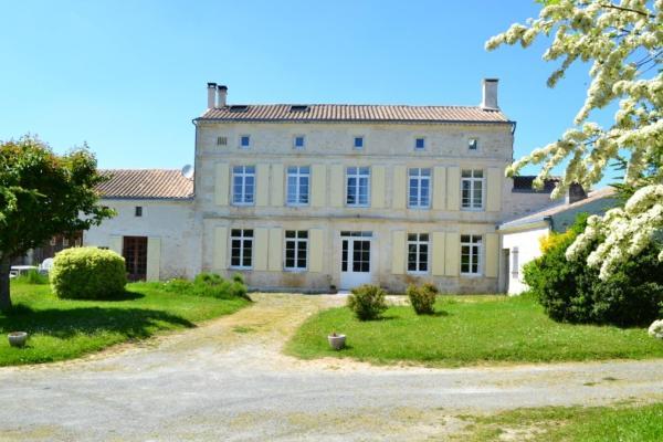 Hotel Pictures: Maison de Claire et Bruno, Rouillac
