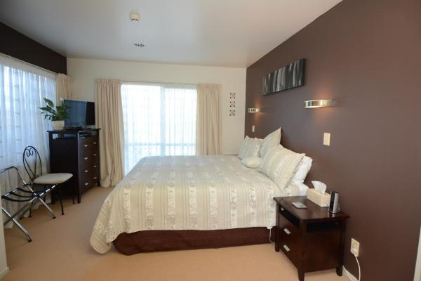 Deluxe Double or Twin Room with Lake View (M)