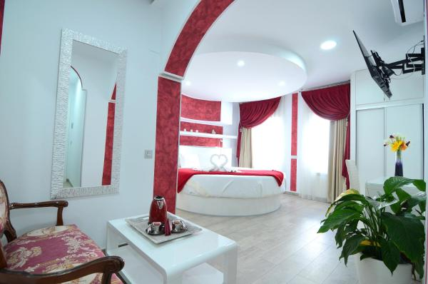 Romantic Suite with Round Bed