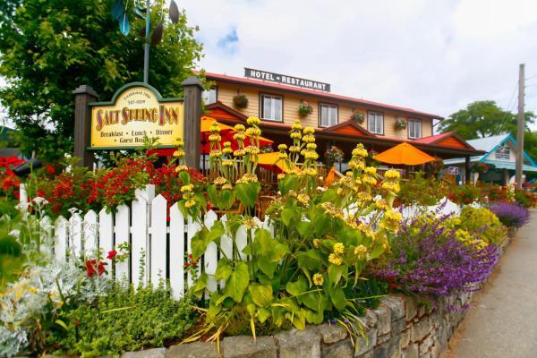 Hotel Pictures: Salt Spring Inn Ltd, Ganges
