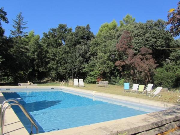 Hotel Pictures: Charming Provencal farmhouse, 10 minutes from Aix, Saint-Marc-Jaumegarde