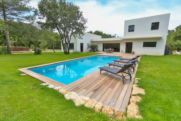 Hotel Pictures: Architect-designed villa surrounded by nature, Aix-en-Provence