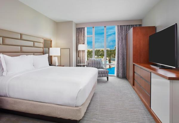 Deluxe King Room with Pool View -Hearing Accessible