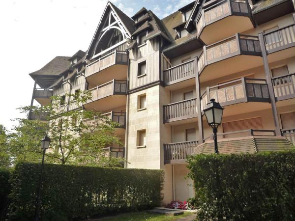 Hotel Pictures: Apartment Le Fairway.3, Deauville