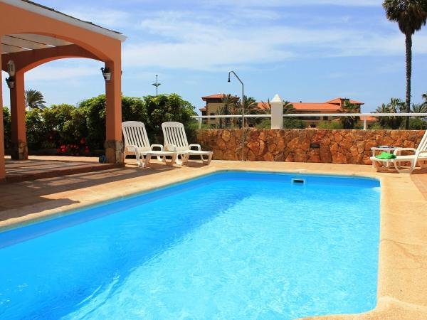Hotel Pictures: Villa VILLA SANDRA, La Guirra