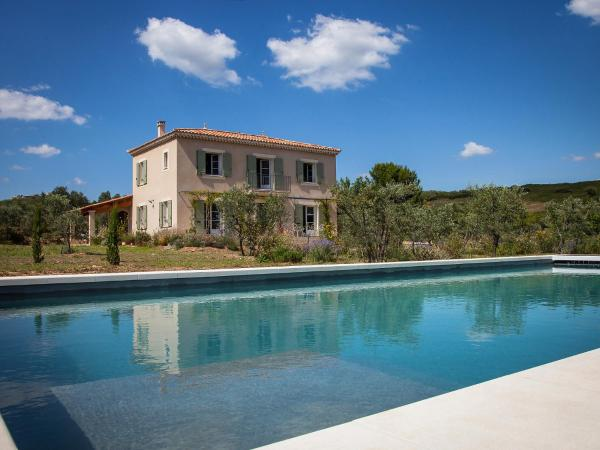 Hotel Pictures: Farm Stay La Bastide de la Jacine, Tarascon