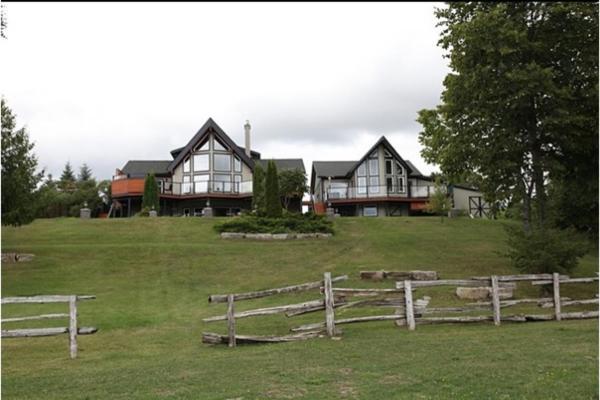 Hotel Pictures: Kawartha Estate Cottage on Pigeon Lake, Gannon Village