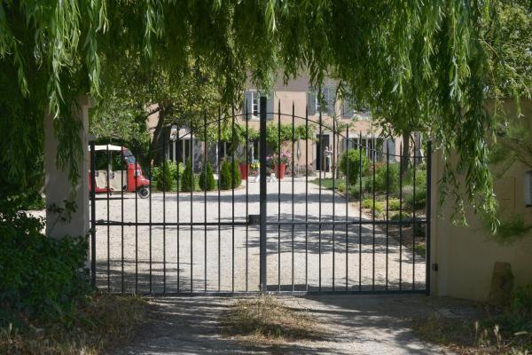 Hotel Pictures: Le Clos de Serre, Saint-Saturnin-les-Avignon