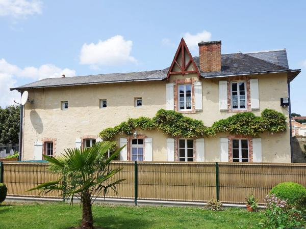 Hotel Pictures: Holiday Home Le Logis du Chateau, La Garnache