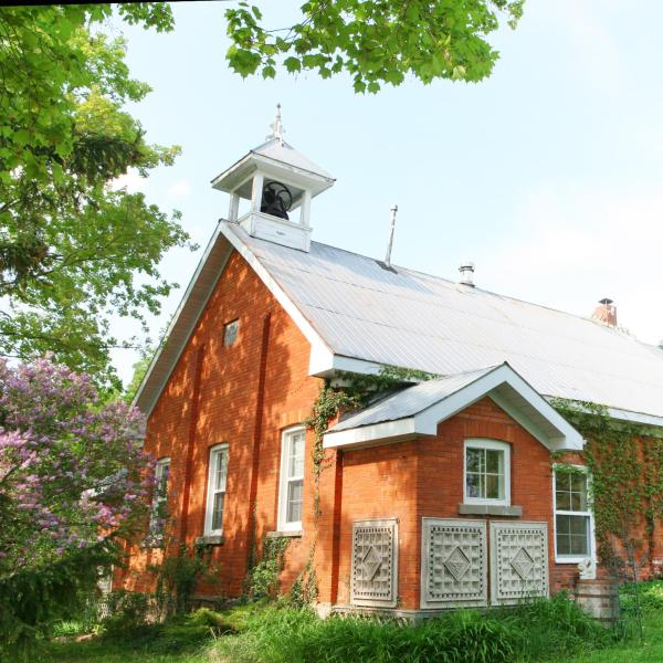Hotel Pictures: Picturesque School House Retreat, Meaford
