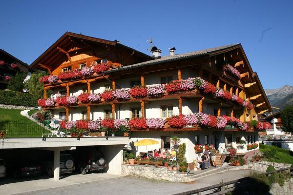 """Fotografie hotelů: Pension """"der Alpenhof"""", Lermoos"""