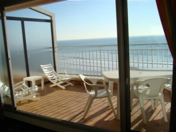 Hotel Pictures: Rental Apartment Belle Terrasse Face À La Plage, À Prox. Commerces, Les Sables-d'Olonne