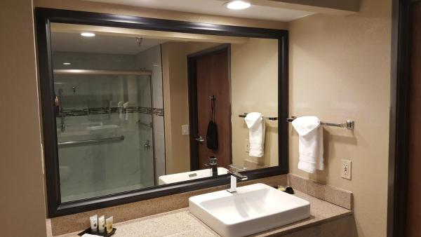 King Suite with Shower - Non-Smoking