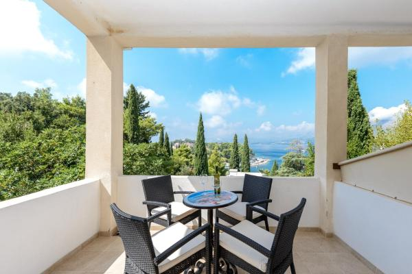 One-Bedroom Apartment with Balcony and Sea View A4