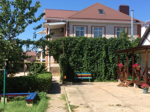 Hotel Pictures: On Svyatogo Georgiya Guest House, Vityazevo