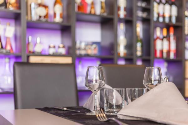 Hotel Pictures: Hôtel Restaurant de l'Ecu, Jonzac