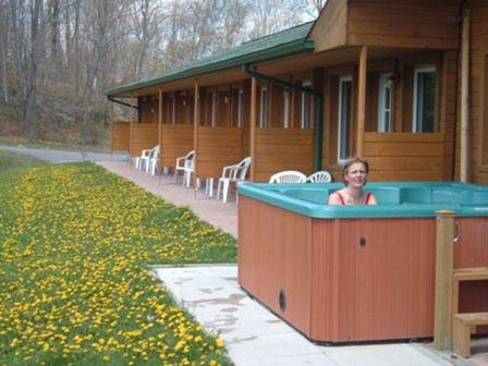 Hotel Pictures: Quiet Bay Log Motel and Café, Magnetawan