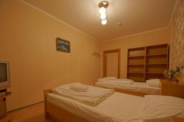 Twin Room with 2 Beds and Shared Bathroom