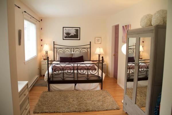Hotel Pictures: Whalebone Beach Guesthouse, Gabriola