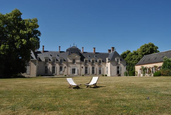 Hotel Pictures: Chateau La Touanne Avec Piscine Chauffée - With Heated Swimming Pool, Baccon