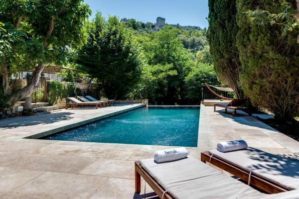 Hotel Pictures: The charm and character of Luberon's old stone buildings, Oppède